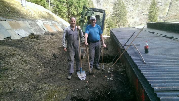 05.04.2016 Erster Spatenstich, Ausheben der Gruben für die Fundamente