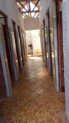 NEU: Metalltüren gegen Termitenfraß, gut zu säubernder Fußboden statt nackter Beton.