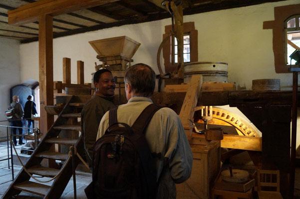 Im historischen Mühlengebäude mit funktionell wieder hergestellter Mühle.