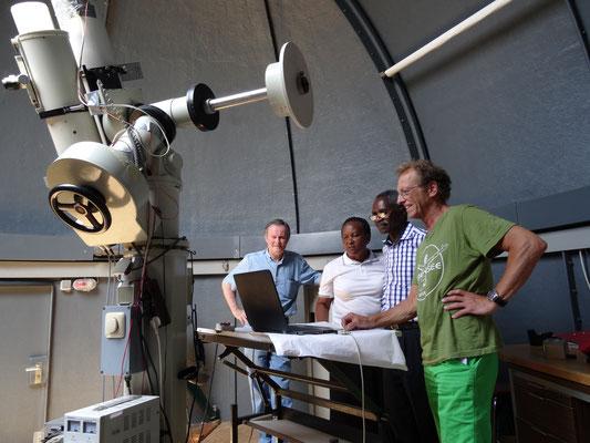 Hr. Pieke, vor zwei Jahren Gast an unserer tansanischen Partnerschule, zeigt den Gästen und weiteren Tansania- und Sternenbegeisterte die Funktion des Teleskopes.