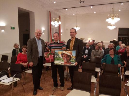 Die Vorsitzenden der beiden Lionsgruppen Dieter Klein (links) und Oliver Naumann (rechts) danken Winfried Sommer (mitte) für die Präsentation.