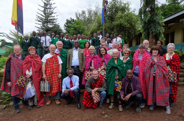 Die erste Besuchsgruppe zu Besuch in der Kishumundu Secondary School.