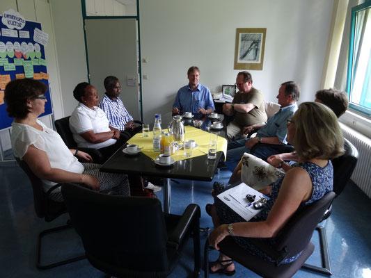 Auch die kurz vor den Ferien sehr beschäftigte Schulleitung fand Zeit für ein Gespräch. Fr. Schmeckthal besuchte 2013 mit der Erwachsenenfahrt von Helfen macht Schule unsere tansanischen Partnerschulen, siehe Archiv!