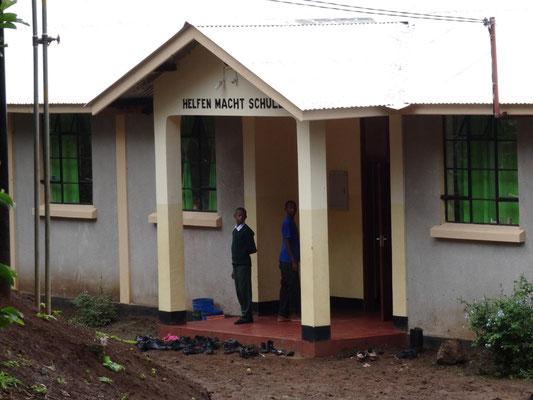 """Beim Jungen-Wohnhaus werden die Spender ebenfalls gewürdigt: das Gebäude heißt inzwischen """"Helfen macht Schule""""-Haus."""