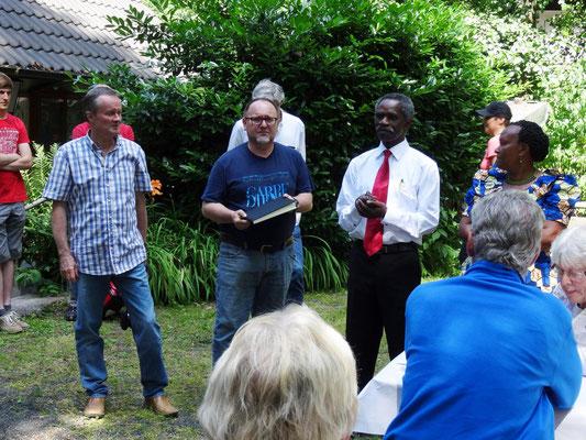 Gemeinsames Gedenken an den kürzlich verstorbenen Thomas Shoki, dem ehemaligen Schulleiter der Nsoo Secondary School.