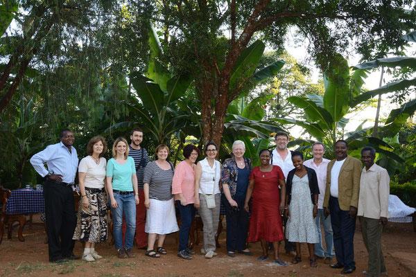Die Besuchergruppe mit Br. Shija (Leiter VTC), Fraterin Meraba (unser Gast in Deutschland im Sommer 2016), Aggyflavia Massawe (unser Gast 2015) zu Gast bei den Kiwaras.