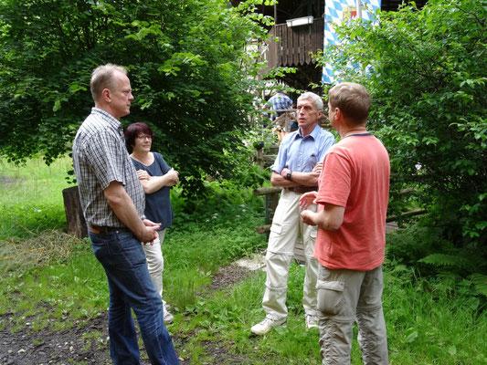 Michael Link (links) im Gespräch mit Gästen, bevor er am Grill für das leibliche Wohl unserer Gäste schwitzte.