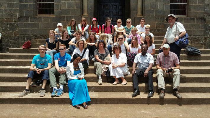 Die Besuchsgruppe mit tansanischen Gastgebern,  Aggyflavia Massawe und ihrem Mann Edward, vor der Kirche in Kibosho.,