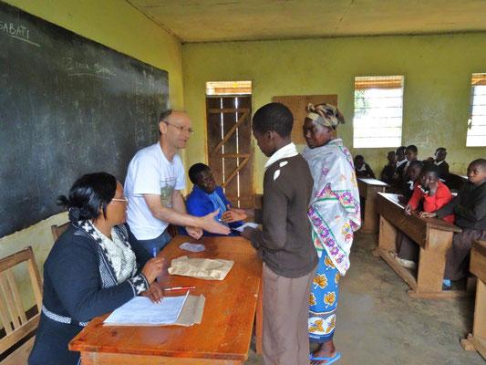 Übergabe des Geldes an die Schüler und Schülerinnen und ihre Erziehungsberechtigten.