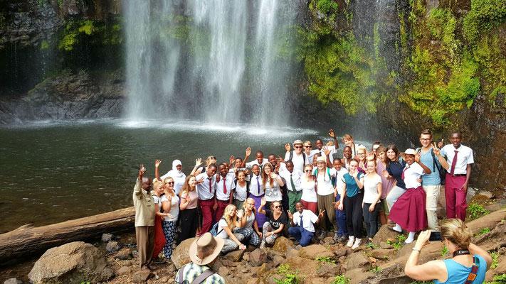 Die Gruppe und ihre Gastgeber am Mnambe Wasserfall.