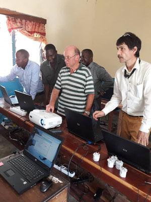 Br. Shija, Hartwig Knaus und Walter Wittrodt und tansanische Kollegen bei der Einrichtung des Computerraums.