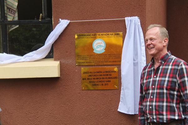 Eine Tafel würdigt die Unterstützung durch nationale Institutionen bei der Erbauung der Gebäude.