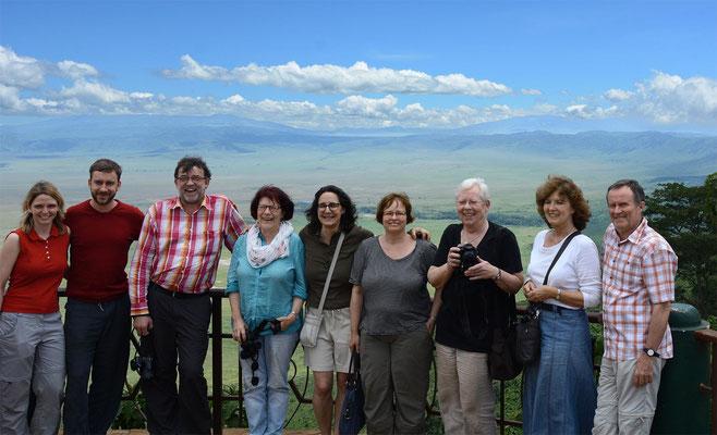 Die deutschen Besucher auf dem Rand des Ngorongorokraters.
