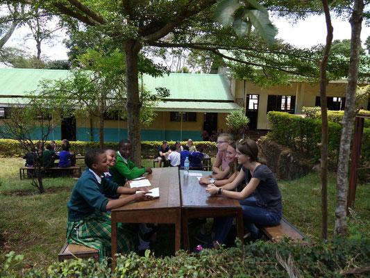 Sich kennen lernen auf dem Schulhof der Kishumundu Secondary School.