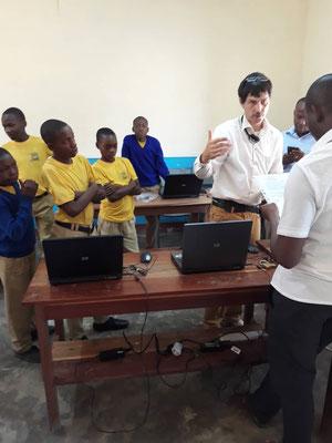 Walter Wittrodt, sein tansanischer Kollege und Schüler im neuen Computerraum.