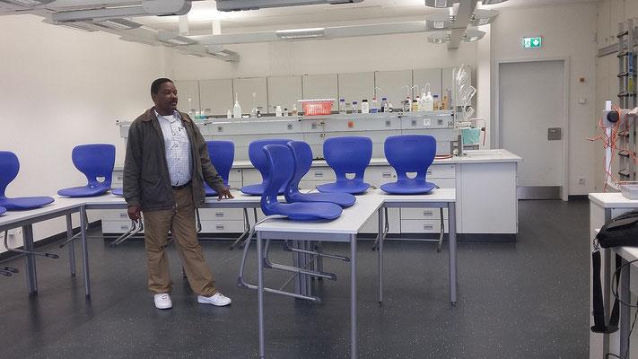 """Besonderen Eindruck verursachten unsere naturwissenschaftlichen Fachräume: """"So etwas gibt es in ganz Tansania nicht, noch nicht einmal an den besten Universitäten""""."""