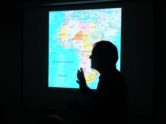 Leidenschaftlich berichtet Winfried Sommer in seinem Vortrag über die Lebensumstände der Menschen, Arbeit der Schulen, aber auch über die faszinierende Natur in Tansania.