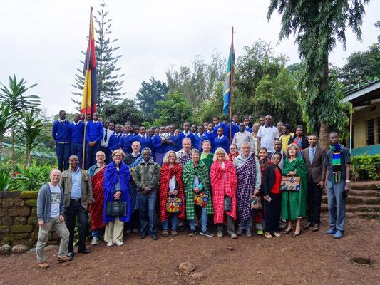 Die zweite Besuchsgruppe bei ihrem Besuch der Kishumundu Secondary School.