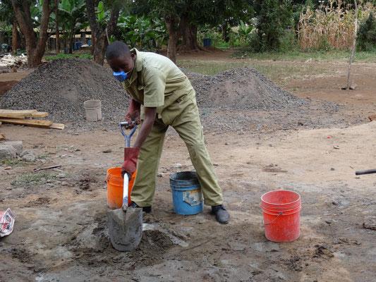 Harrison beim Anmischen von Zement beim Bau der neuen Lehrlingsunterkunft im Juli 2016.