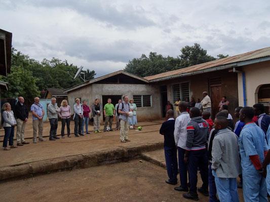 Die zweite Besuchsgruppe bei der Begrüßung in der von Helfen macht Schule unterstützten Berufsschule VTC.