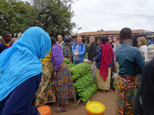 Besuch auf dem Kwasadala-Markt: Winfried Sommer hat als Geschenk Abzüge von Bildern früherer Besuche dabei.