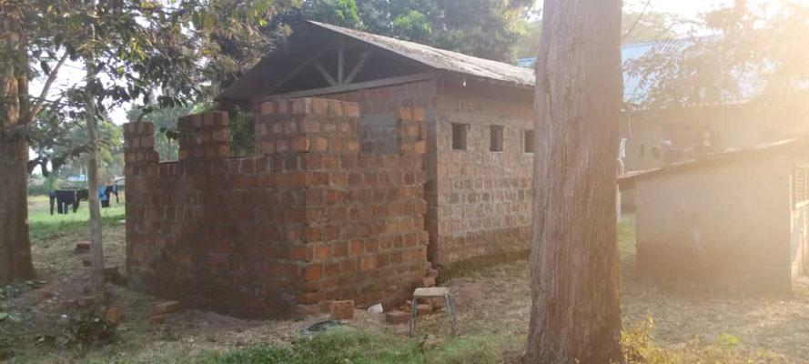 Das alte Toiletten- und Duschhaus war in einem schlechten hygienischen Zustand und zu klein.