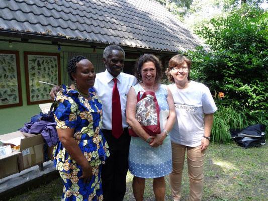 Die Kiwaras mit der Vorsitzenden unseres Viernheimer Partnervereins und Fr. Schmeckthal, der stellvertretenden Schulleiterin der Kopernikusschule, die zugleich aber auch HMS-Mitglied und Tansaniabesucherin von 2013 ist.