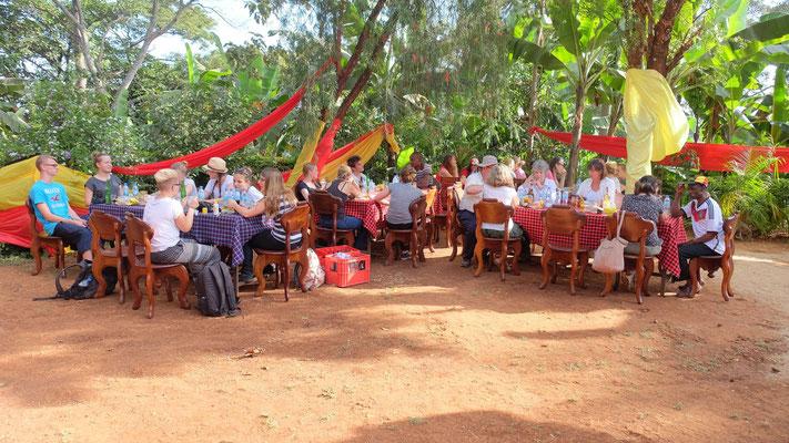 Die Gruppe wurde auch von der Familie des Schulleiters James Kiwara privat eingeladen.