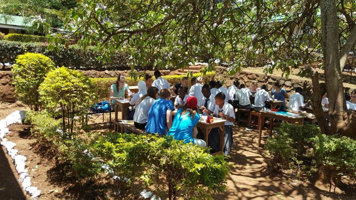 Gemeinsamer Workshop mit deutschen Besuchern und Schülern der Kishumundu Secondary School.