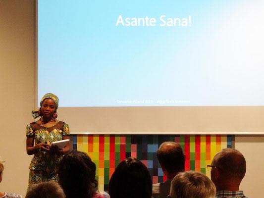 Aggiflavia Massawe berichtete über ihre Schulzeit und ihr tansanisches Leben.