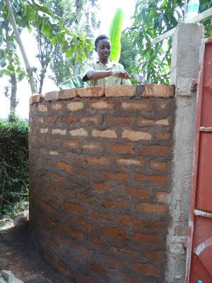 Noch als Auszubildender beim Erstellen der runden Wand einer Hofeinfahrt im Juli 2017.