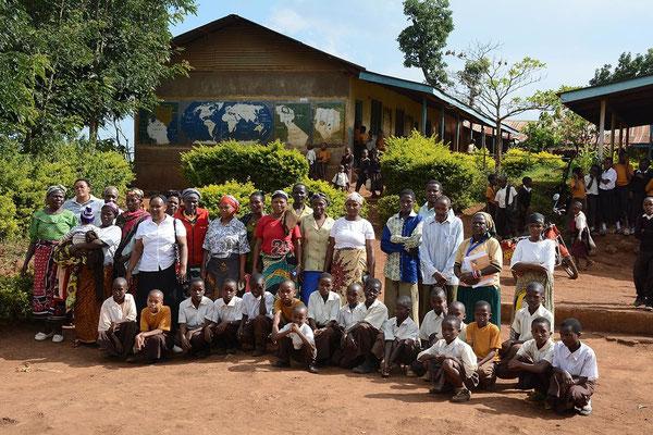 Unterstützte Grundschüler unserer Spendenkartenaktion mit Eltern, Schulleitern/innen und der Auslöserin unserer außerordentlichen Hilfsaktion, Fr. Kiwara, in einer der Grundschulen.