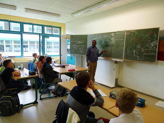 Zur großen Freude der Schüler sprach er bei seinen Erläuterungen auch immer wieder etwas Deutsch.