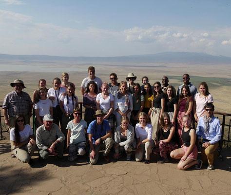 Die Schülergruppe und ihre Begleiter am Rand des Ngorongorokraters.