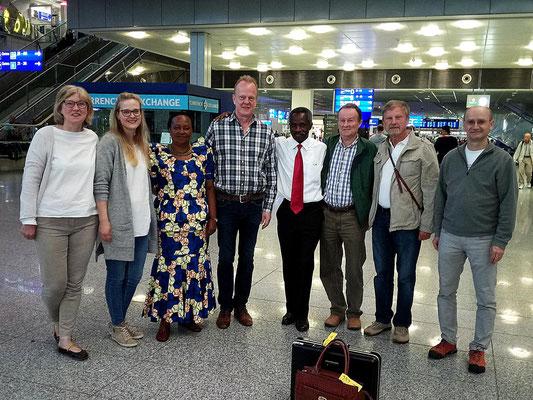 Verabschiedung der tansanischen Gäste zu sehr früher Stunde (5.30 Uhr) am Flughafen Frankfurt. Gleiche Besetzung wie bei der Ankunft ;-) !