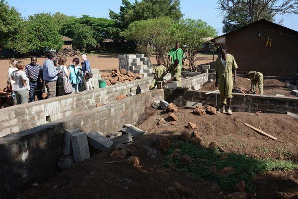 Die Besuchergruppe informiert sich über die Situation und Fortschritte am VTC. Dort wird in Eigeninitiative ein neue Unterkunft für Schüler gebaut.