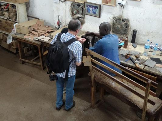 Besichtigung der Behinderten-Werkstätten von Shah-Industries (u.a. Souvenir-Produktion).