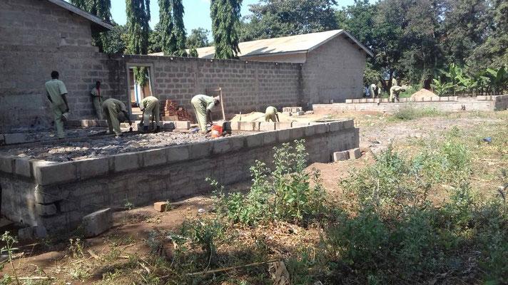 Bild der Baustelle von Anfang September: Die immer sehr aufwändigen Fundamente sind fertig.