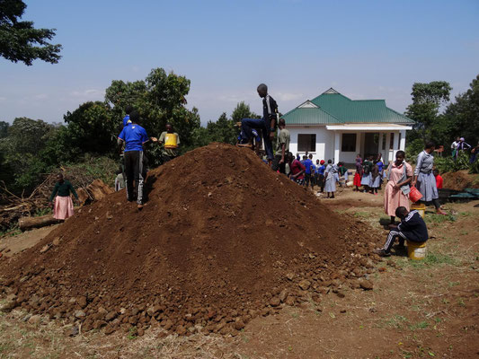 "Das Lehrerhaus der Kishumundu Sec. School am ""Kishumanjaro""."