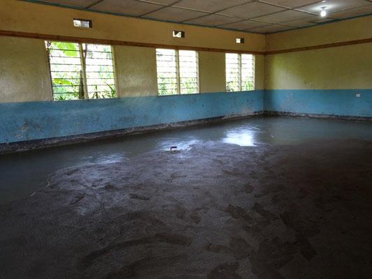 ... und der Fußböden der Klassenräume der Kishumundu Sec. School.