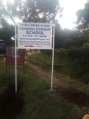Neu aufgestellte Hinweisschilder machen auf die Kishumundu Secondary School aufmerksam.