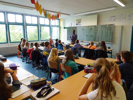Um über sein Land und Schule in Tansania zu informieren besuchte unser Gast viele Klassen der Kopernikusschule.