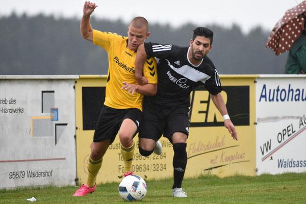 Daniel Weber (li.) und Tolga Karatas (re.) lieferten sich heiße Duelle um die Kugel.
