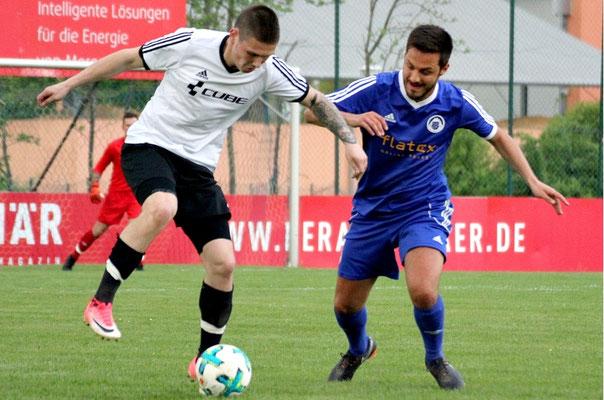 Manuel Schatz (re.) trennt Karel Koubek vom Ball.