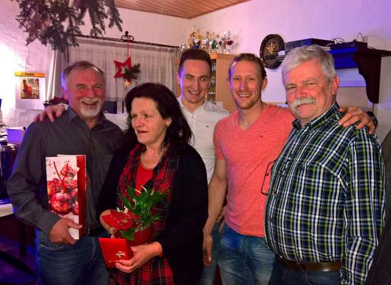 """Die zwei Kapitäne der """"ERSTEN"""" bedanken sich mit Geschenken beim """"Präsidenten"""" Heribert, beim Spielleiter Reinhard und bei der Sportheimwirtin Gerda."""