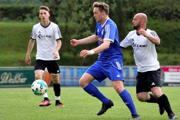 Jan Buchta (blau) ist vor Skerdilaid Curri am Ball.