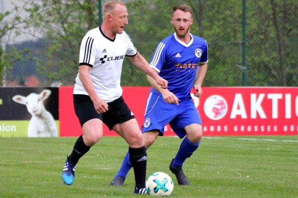 An früherer Wirkungsstätte war Ingo Walther (weiß) besonders motiviert. Jonny Aiblinger lässt den Ex-Kulmbacher dabei gewähren.