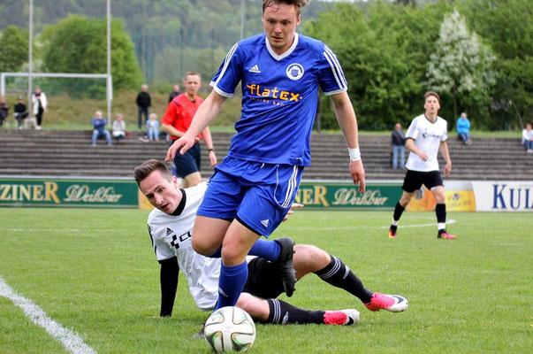 Jan Buchta erkämpft sich gegen Fabian Sticht das Leder.