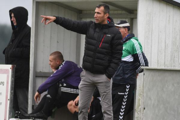 Coach Simsek weist seine Mannschaft in den Schlussminuten noch einmal zurecht.