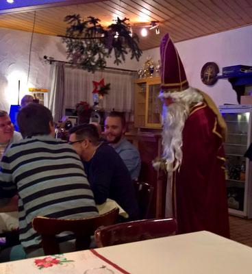 Der Nikolaus ließt den Spielern die Leviten.